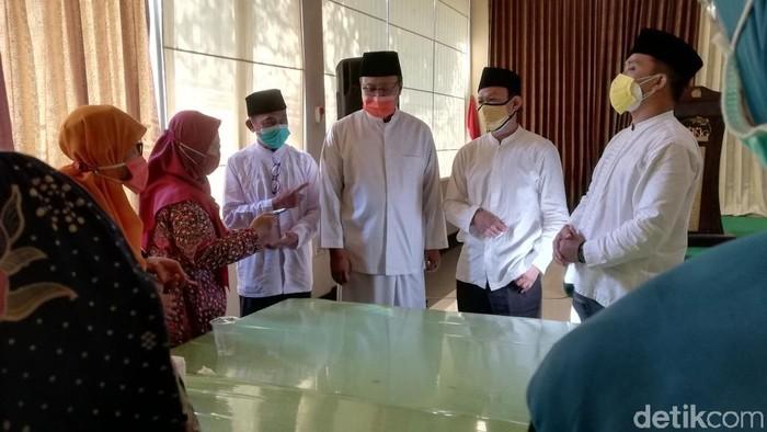 Calon Wali Kota dan Wakil Wali Kota Pasuruan Saifullah Yusuf dan Adi Wibowo, berdialog dengan Pengurus Daerah (PD) Muhammadiyah Kota Pasuruan. Dialog di rumah makan Jalan Raya Soekarno-Hatta itu, dihadiri sejumlah tokoh dan puluhan warga Muhammadiyah.