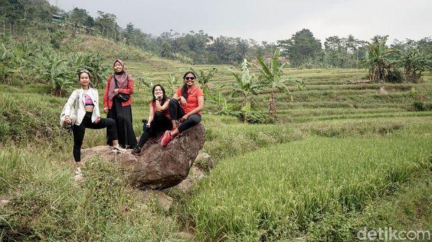 Curug-curug di kawasan Sentul, Bogor, Jawa Barat sedang menjadi primadona traveler. Hiking di Sentul itu justru naik daun saat pandemi virus Corona.