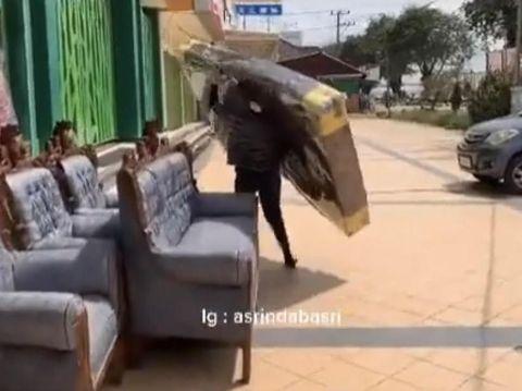 Asrinda Basri yang bekerja tak kenal lelah