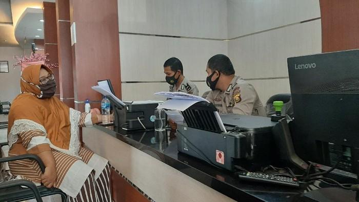 Istri sopir taksi online korban penusukan di Sumsel (Raja Adil-detikcom)