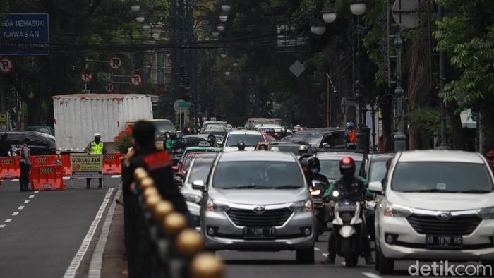 Jalan Merdeka, Kota Bandung dibuka satu jalur karena terjadi penumpukan kendaraan di Jalan Riau.