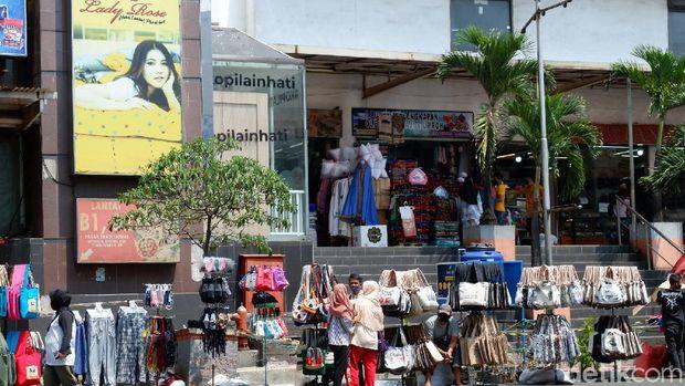 Jalan Otista ditutup pasar baru Bandung sepi
