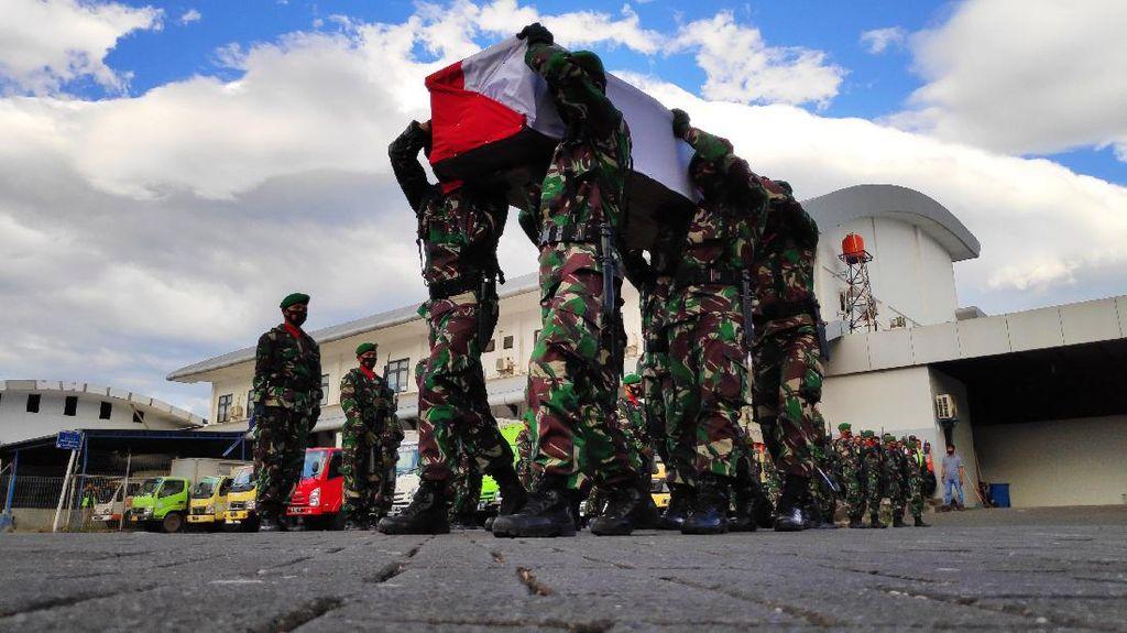 Tiba di Makassar, Jenazah TNI Korban Penembakan KKB Disambut Upacara Militer