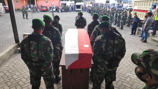 Jenazah Serka Sahlan, korban serangan KKB, tiba di Bandara Hasanuddin, Makassar