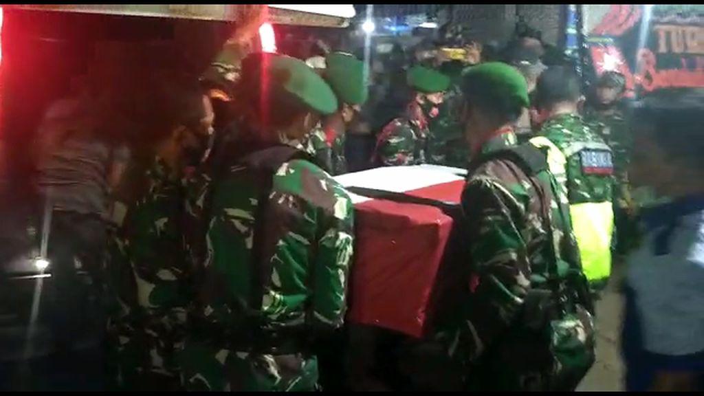 Video Isak Tangis di Rumah Duka Jenazah TNI yang Ditembak KKB