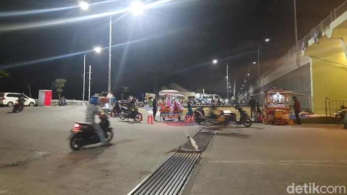 Malam ini, beberapa tempat nongkrong di Surabaya tak seramai saat malam Minggu. Meski demikian, masih banyak orang yang tidak memakai masker.