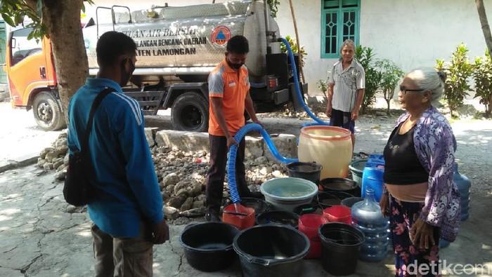 Wilayah yang terdampak kekeringan akibat kemarau di Lamongan bertambah. Data terbaru, krisis air bersih melanda 16 desa di 8 kecamatan.