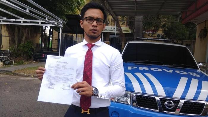 Kuasa hukum korban, Irsan Gusfianto, usai membuat laporan ke propam Polda Sumsel (Raja Adil-detikcom)