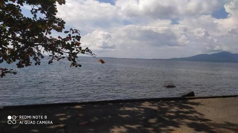 Pantai di Manado.