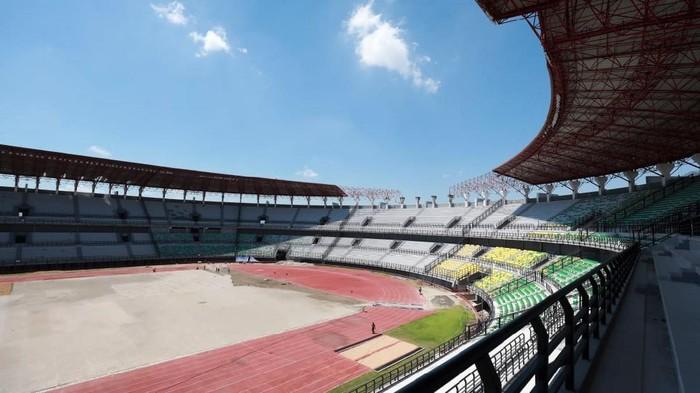 Menpora Zainudin Amali bersama Wakil Ketua PSSI Iwan Budianto didampingi Wali Kota Surabaya Tri Rismaharini mengecek renovasi Stadion Gelora Bung Tomo (GBT), Jumat (18/9/2020). Stadion kebanggaan Kota Pahlawan itu merupakan salah satu venue Piala Dunia U-20 pada 2021 mendatang.