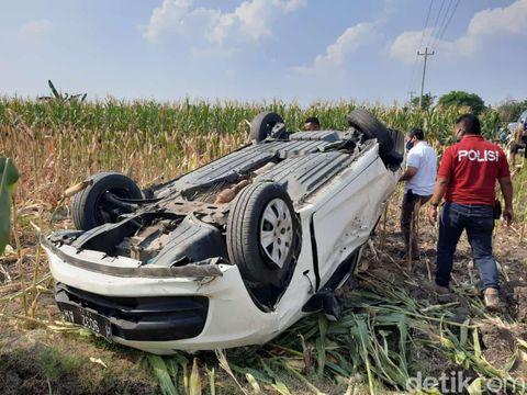 Mobil pelaku pencurian celana dalam di Blora terguling di area persawahan.