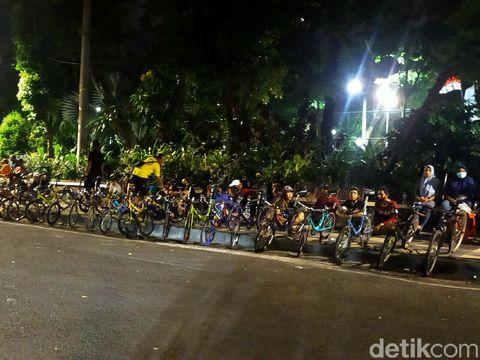 Berdasarkan data di Dinkes Surabaya, ada 3.879 kawula muda yang terpapar COVID-19 dan diduga karena nongkrong. Meski demikian, masih banyak warga yang nongkrong di sejumlah titik.
