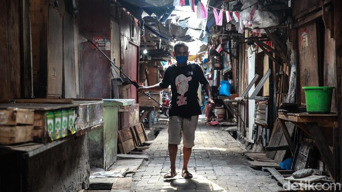 Warga RT 4/7 menyemprotkan cairan disinfektan ke dalam Pasar Kalimati atau yang dikenal sebagai Pasar Karet Tengsin, Bendungan Hilir, Jakarta Pusat, Jumat (18/9/2020). Penyemprotan atas inisiatif warga yang bersebelahan dengan pasar tersebut sudah dilakukan sejak sebelum pasar ditutup Pemprov DKI pada Kamis lalu (17/9/2020).