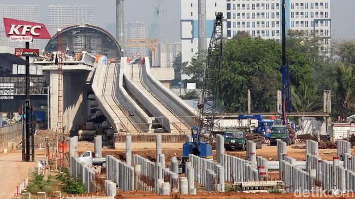 Sejumlah pekerja menyelesaikan pembangunan depo Light Rail Transit (LRT) Jabotabek di Jatimulya, Bekasi, Jawa Barat, Rabu (15/1/2020). Depo seluas 12,22 hektar tersebut menjadi tempat parkir rangkaian kereta LRT rute jaringan operasional Bekasi-Cawang, Cibubur-Cawang, dan Cawang-Dukuh Atas yang ditargetkan dapat beroperasi pada tahun 2022.