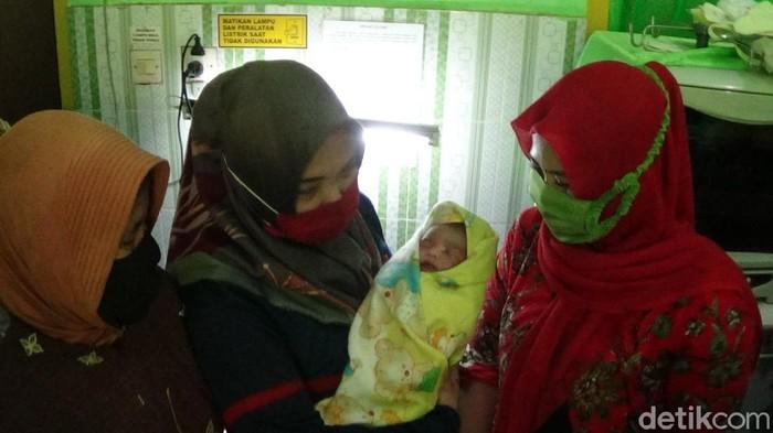 Ada bayi di Sumenep yang ditemukan pencari rumput dalam kardus. Saat ini polisi masih menyelidiki kasus penemuan bayi tersebut.