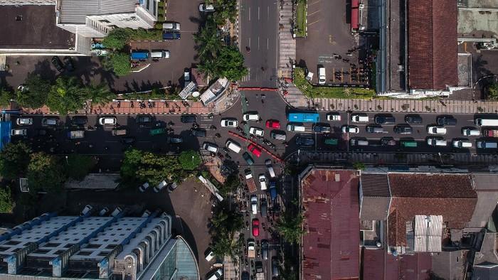 Foto udara suasana penutupan jalan Asia Afrika, Bandung, Jawa Barat, Jumat (18/9/2020). Pemerintah Kota Bandung menutup sejumlah jalan protokol di jam-jam tertentu guna meminimalisir kerumunan pada era adaptasi kebiasaan baru yang diperketat. ANTARA FOTO/Raisan Al Farisi/pras.
