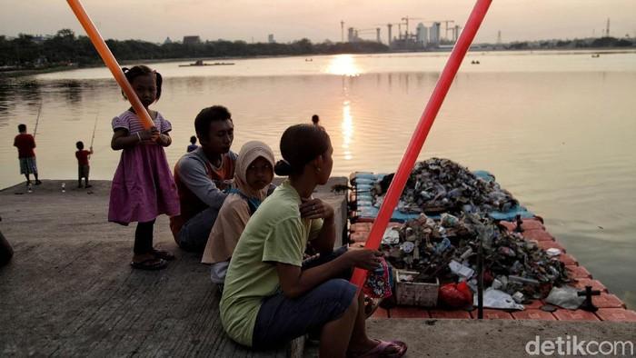 PSBB di Jakarta kembali diperketat. Di masa pengetatan PSBB itu tak sedikit warga yang menikmati keindahan matahari terbenam di Waduk Cincin, Jakarta Utara.