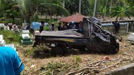 Hilang Kendali, Pikap Tabrak Becak hingga Terobos Pemakaman di Polman