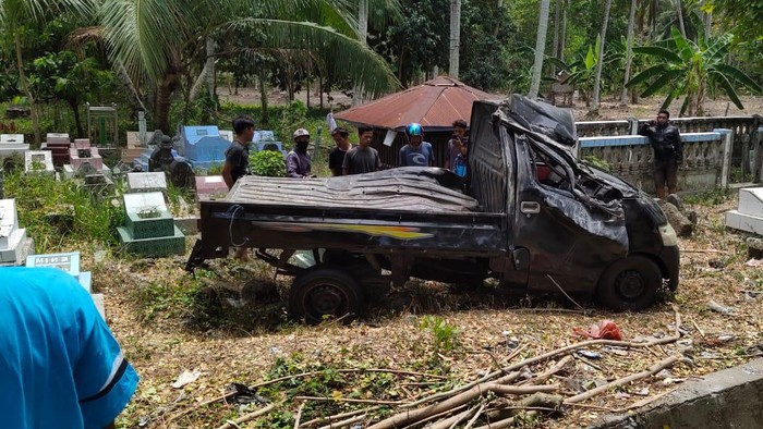 Pikap bermuatan ayam hilang kendali hingga terobos area permakaman di Polman, Sulbar