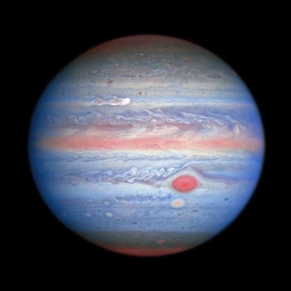 Planet Jupiter terlihat tidak biasa warnanya, seperti yang hasil jepretan teleskop luar angkasa Hubble. Planet terbesar di sisten Tata Surya itu berwarna pastel.