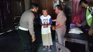 Polisi Ngawi Blusukan ke Warga Sosialisasi Cegah Kecelakaan dan COVID-19