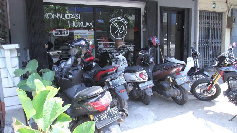 Kedai kopi di Bandung dengan konsep hukum.