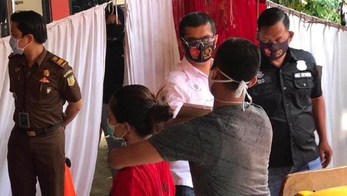 Rekonstruksi Kasus Istri Tusuk Suami di Mampang, Pelaku Peragakan 44 Adegan