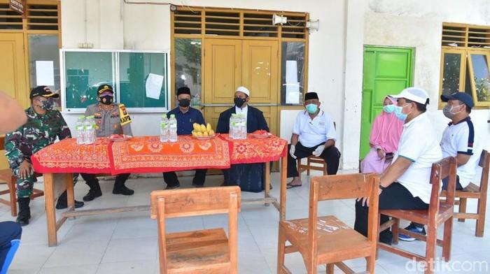 Sebelas santri di sebuah pondok pesantren di Kecamatan Babat, Lamongan positif COVID-19. Mereka kini diisolasi di ponpes tersebut dengan standar kesehatan dan dalam pengawasan tim Satgas.