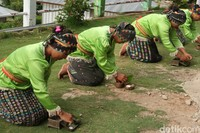 Tarian ini menyimbolkan kekerabatan yang dibangun antar warga kampung dengan wisatawan yang datang.