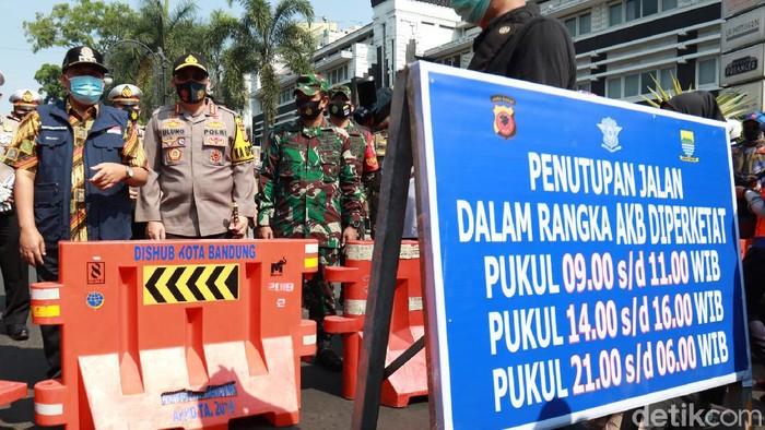 Sistem buka tutup dilakukan di lima ruas jalan di Kota Bandung.