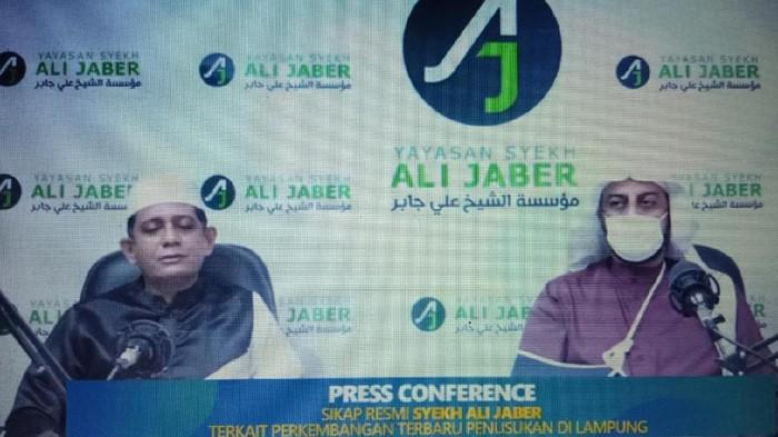 Syekh Ali Jaber memberikan keterangan usai insiden penyerangannya