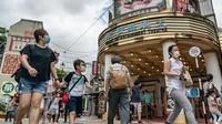 Seperti diketahui, sejumlah tempat hiburan seperti taman bermain, kolam renang, bar, hingga tempat karaoke di Hong Kong kembali dibuka di tengah upaya penanggulangan penyebaran virus Corona di kawasan tersebut.