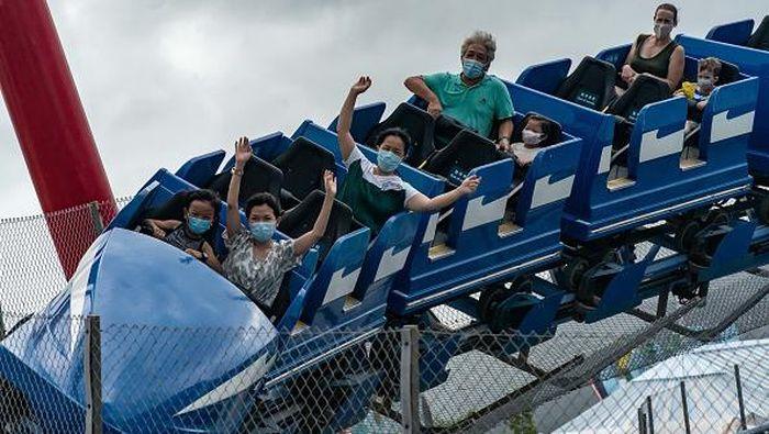 Sejumlah tempat hiburan di Hong Kong kembali dibuka. Guna cegah Corona, warga yang mengunjungi taman bermain di Hong Kong diwajibkan untuk mengenakan masker.