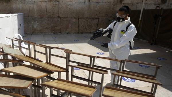Kawasan rembok ratapan juga disemprotkan disinfektan jelang Tahun Baru Yahudi.