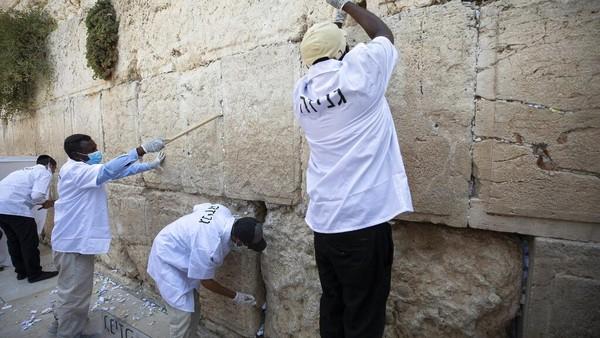 Setiap dua tahun sekali tembok ratapan dibersihkan untuk peziarah dapat kembali menaruh kertas doa di sela-sela tembok tersebut.