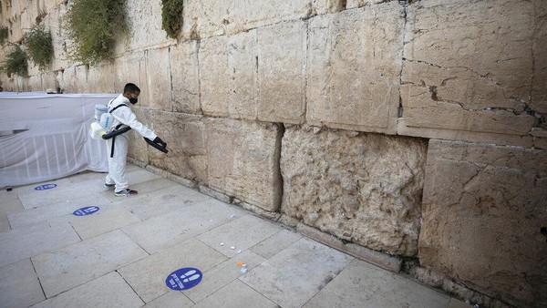 Tembok Barat merupakan situs paling suci tempat orang Yahudi dapat berdoa di Yerusalem.