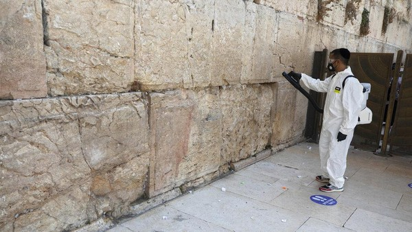 Tahun Baru Yahudi dirayakan setiap tanggal 1 dan 2 bulan Tishrei, bulan ke-7 dalam Kalender Yahudi. Biasanya dalam kalender Masehi, jatuh sekitar bulan September-Oktober.
