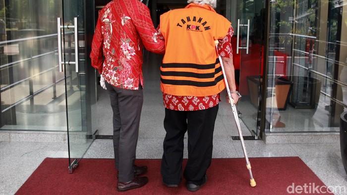 Tersangka suap mantan Gubernur Sumut Gatot Pujo Nugroho, Syamsul Hilal terlihat diborgol hingga tongkat ketiak saat jalani pemeriksaan di KPK.