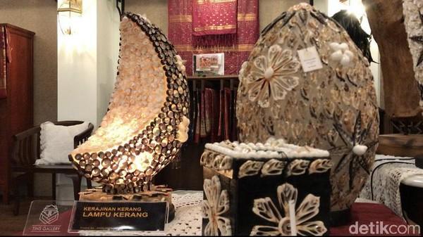 Tempatnya sungguh strategis. Di Tins Gallery, wisatawan dapat melihat ratusan produk Usaha Mikro Kecil Menengah (UMKM) Bangka Belitung. Seperti kerajinan akar bahar hingga kerajinan lampu kerang.