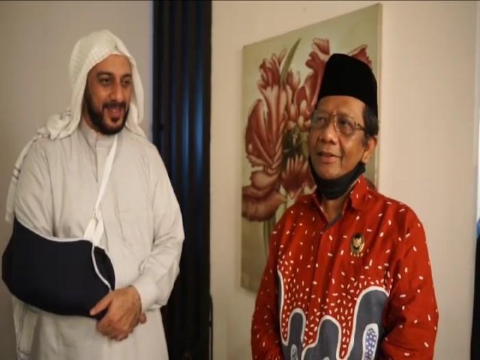 Tersangka Alpin Adrian saat memperagakan reka ulang kasus penikaman terhadap Syekh Ali Jaber di Masjid Falahudin Bandar Lampung, Lampung , Kamis (17/9/2020). Rekonstruksi penikaman terhadap Syekh Ali Jaber pada Minggu (13/9/2020) lalu memperagakan 17 adegan di dua lokasi berbeda.