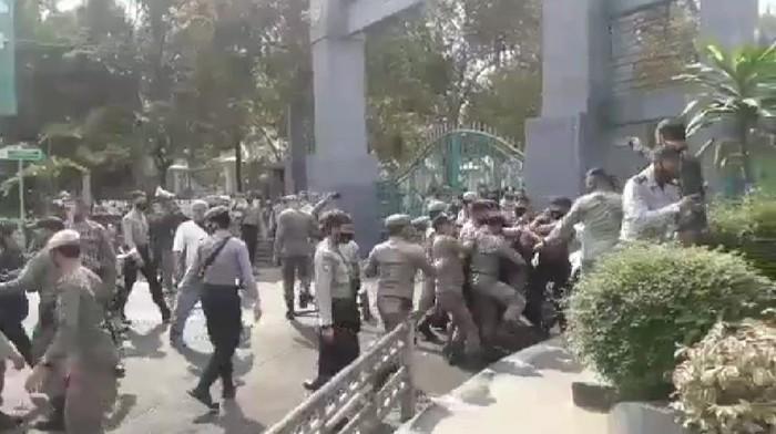 Viral Satpol PP di Bogor Tendang Pendemo, Kasatpol PP Minta Maaf
