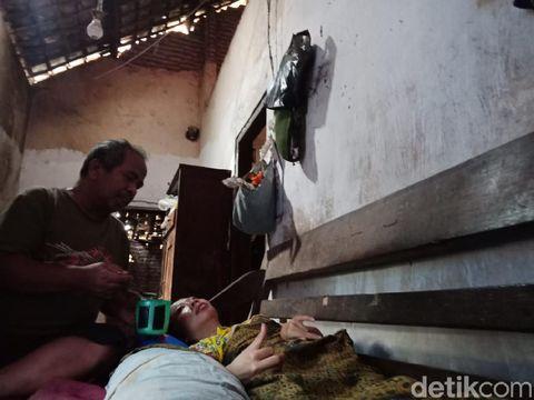 Wanita dan putrinya di Jombang bertahun-tahun lumpuh karena penyakit amyotrophic lateral sclerosis (ALS). Sementara suaminya terpaksa berhenti kerja sejak 7 bulan lalu untuk merawat mereka.