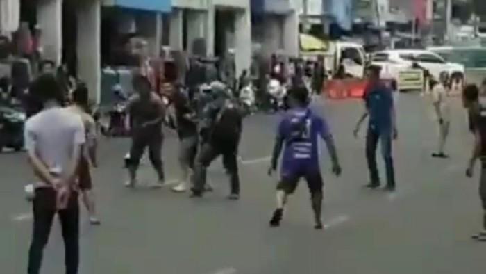 Warga Main Bola di Jalanan Bandung