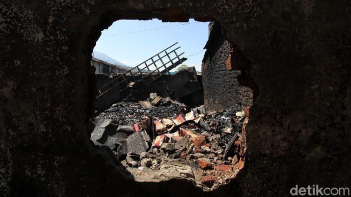 Api menghanguskan sejumlah bangunan di kawasan Pasar Cepogo, Boyolali. Sekitar 600 pedagang kehilangan tempat jualan akibat kebakaran tersebut.