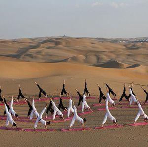 Sensasi Yoga di Tengah Gurun Pasir