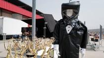 Cegah COVID-19, Presenter Emmy Awards Wajib Pakai Baju Hazmat Bergaya Tuksedo