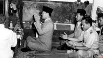 Saat Bung Karno Terpekur Berdoa di Depan Pusara Pendekar Jepara