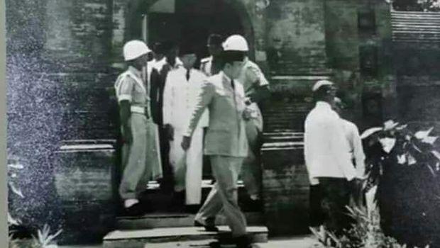 Bung Karno saat ziarah ke makam Ratu Kalinyamat di Jepara, tahun 1952.
