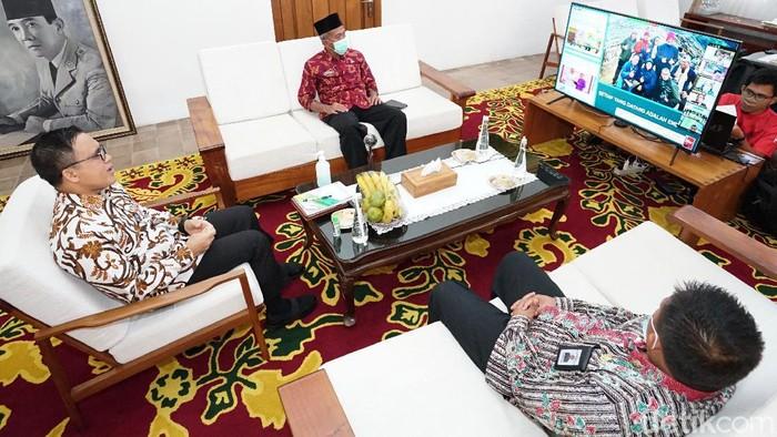 Beragam inovasi yang digeber Banyuwangi selama 10 tahun terakhir menginspirasi para pejabat Mahkamah Agung. Sebanyak 56 ketua, wakil ketua serta administrator pengadilan se-Indonesia melakukan studi lapang berbagai program inovatif dari Banyuwangi.