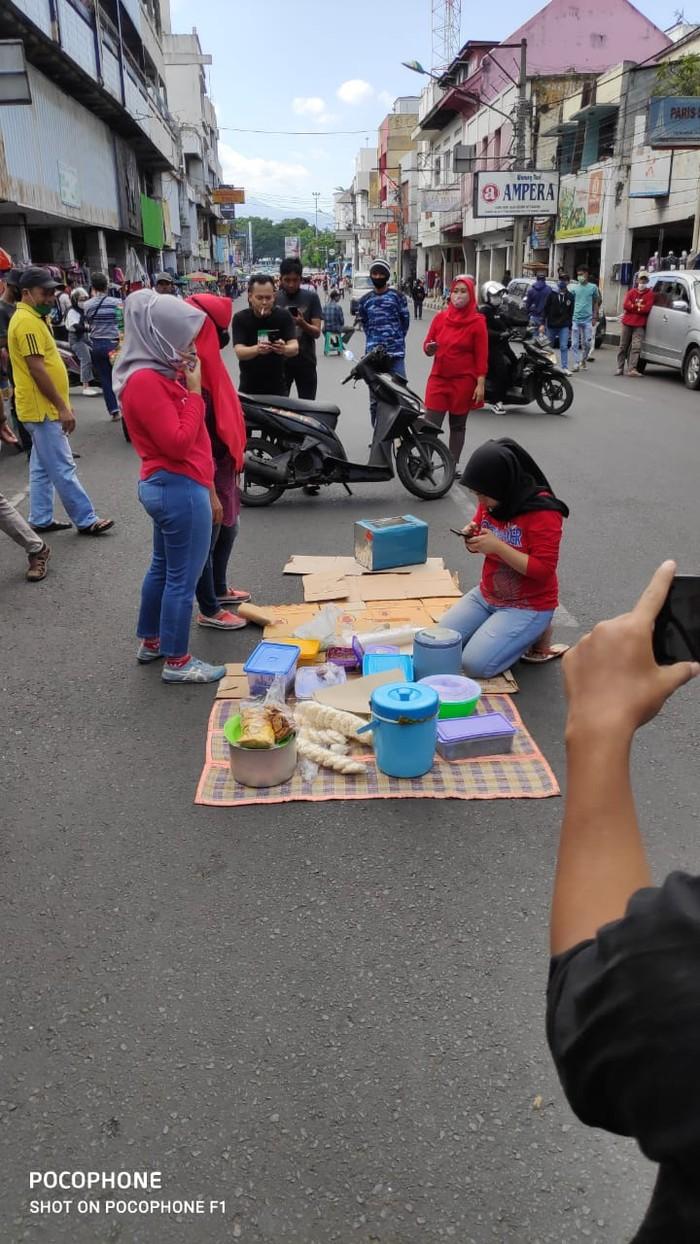 Emak-emak di Bandung bancakan di jalan yang ditutup